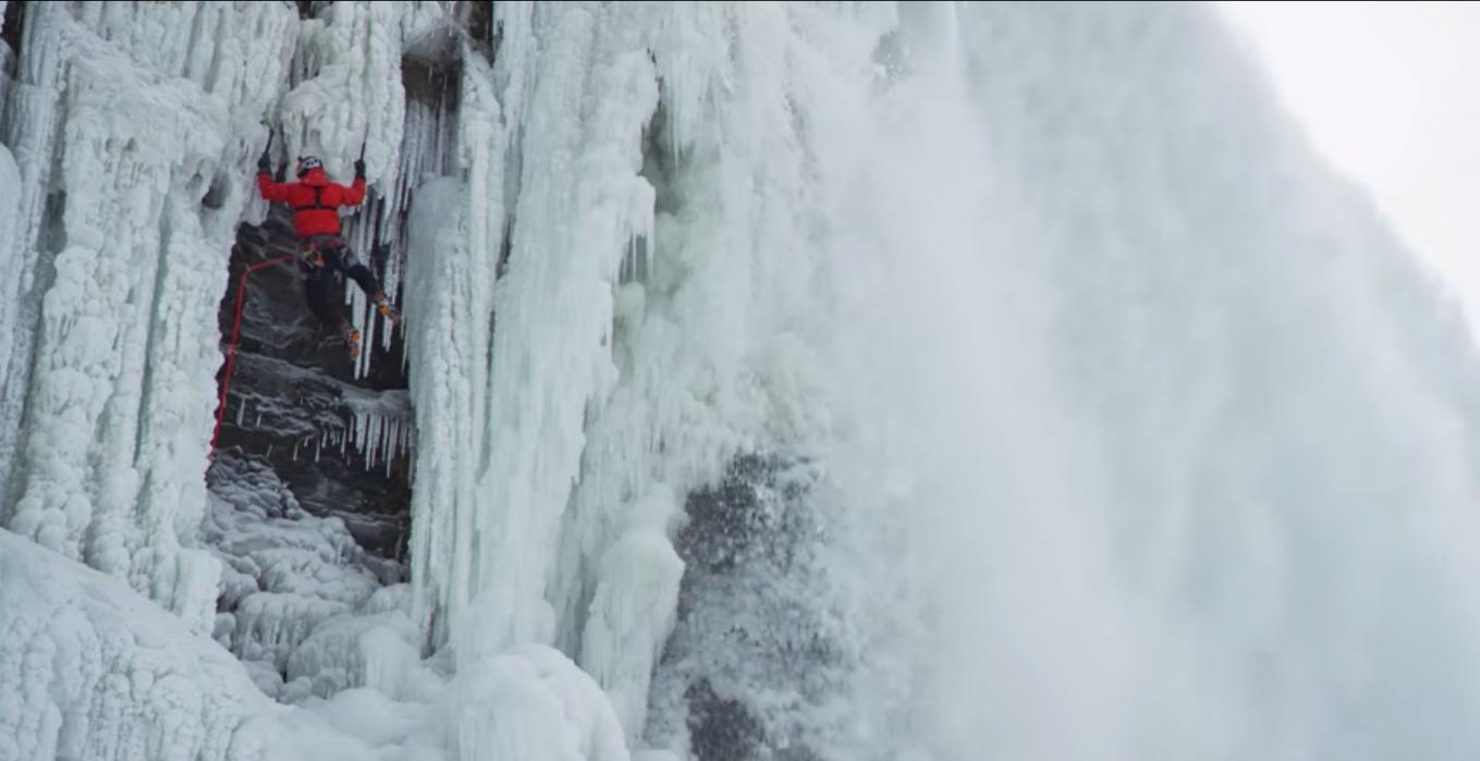 すげぇー!!カチカチに凍ったナイアガラの滝を登る男