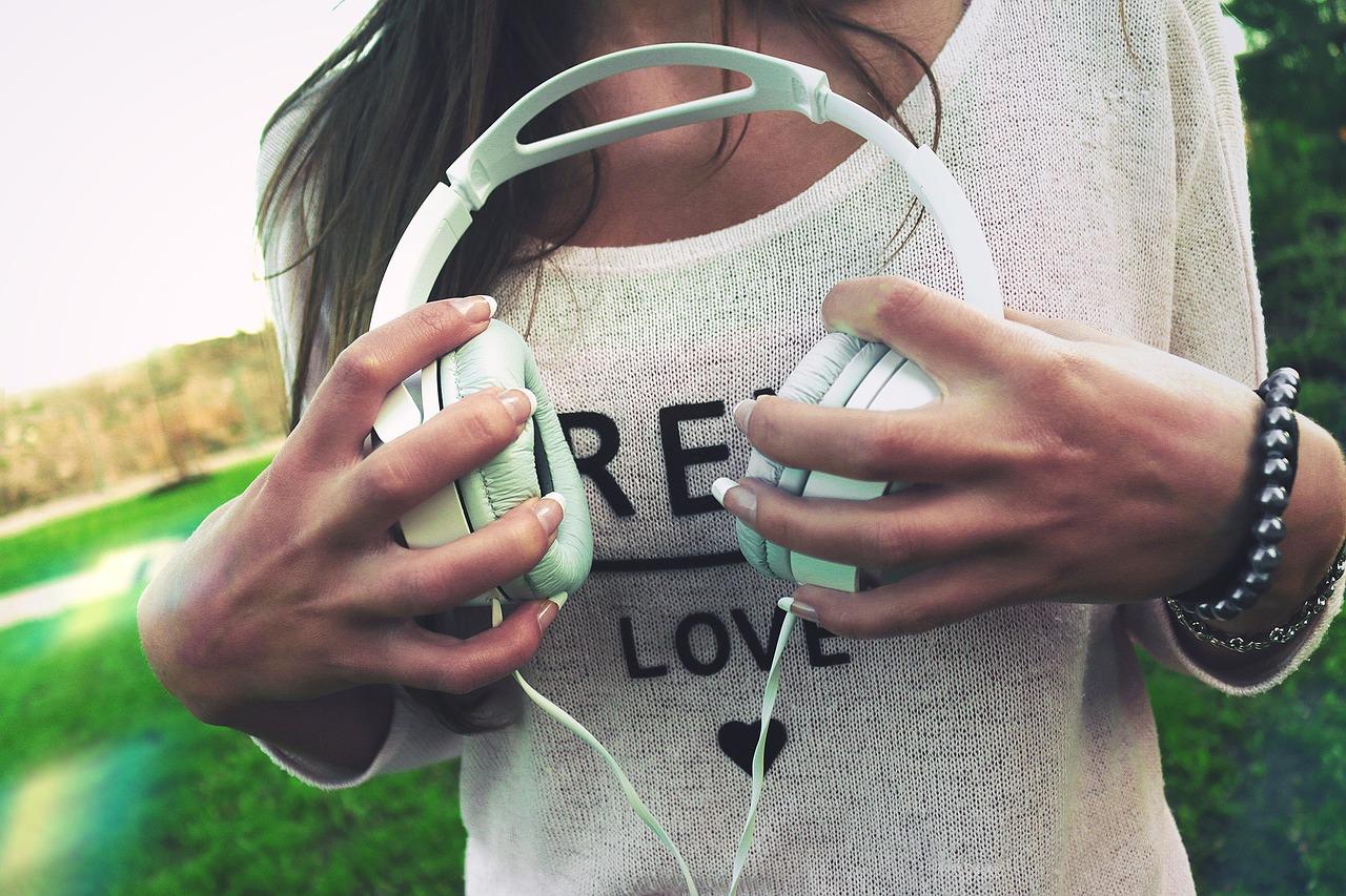 headphones-926072_1280