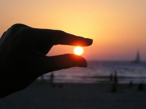 sun-in-the-hand-615285_1920
